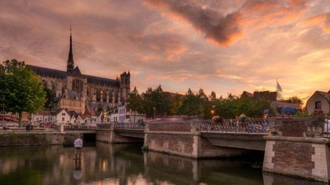 meteo amiens prevision ciel vue sur la vieille ville avec la cathédrale au bord de l'eau